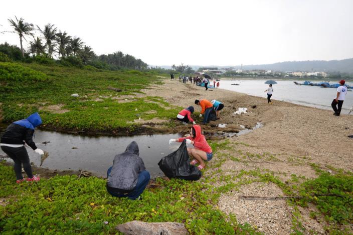 淨灘志工清潔海灘