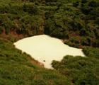 陽明山國家公園內的冷水坑是本省唯一的沉澱硫磺礦床,因硫磺微粒使水色混濁,經沉澱後在池底形成土狀礦層。這裡也是俗稱的「牛奶湖」。(郭美貞 攝)