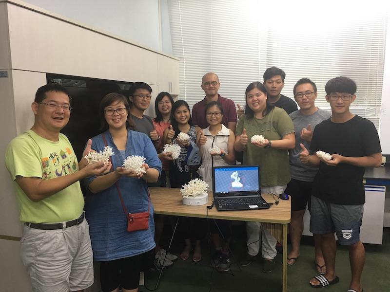 與新加坡研究人員在珊瑚實驗室合影