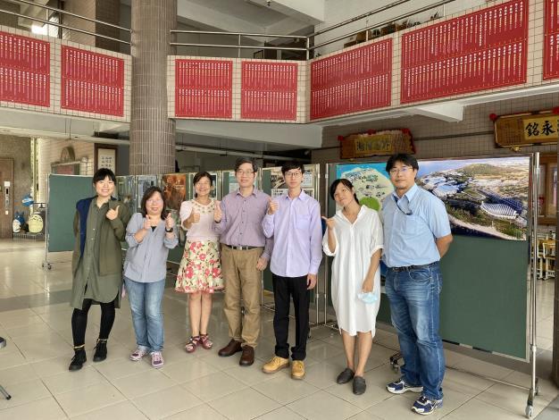 12 潮州高中學務主任李伯恩(左三)與海生館團隊合影 (1)