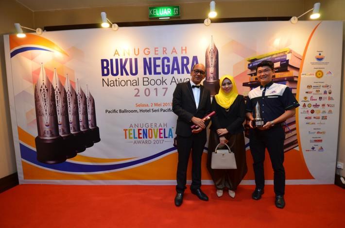 1.「透視・魚」馬來文版兩位譯者馬來西亞登嘉樓大學Seah Ying Giat (右) 及Mazlan Abd Ghaffar (左) 與馬來西亞翻譯圖書院代表 (中) 合影