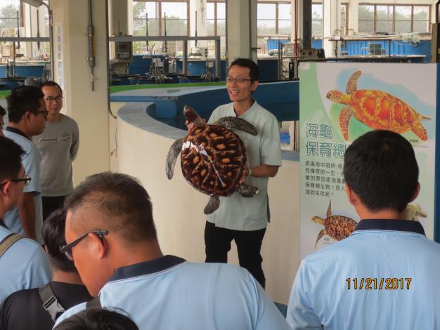 圖2-海生館於今日辦理傷病海龜搬運操作講習由海生館李宗賢獸醫師擔任講師.JPG