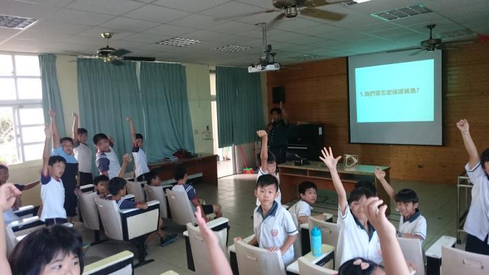 學童踴躍提問