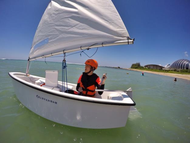 學員進行帆船體驗