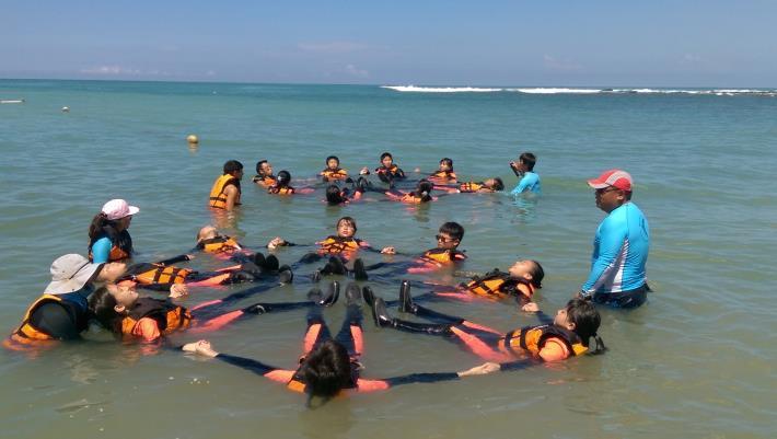 進行水上活動前的安全教學