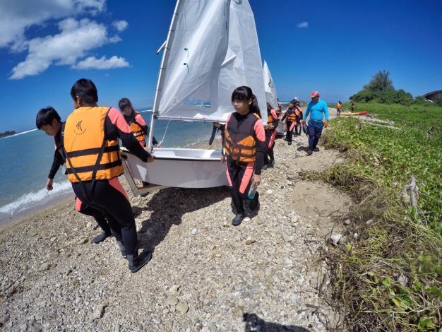 學員自行搬運帆船