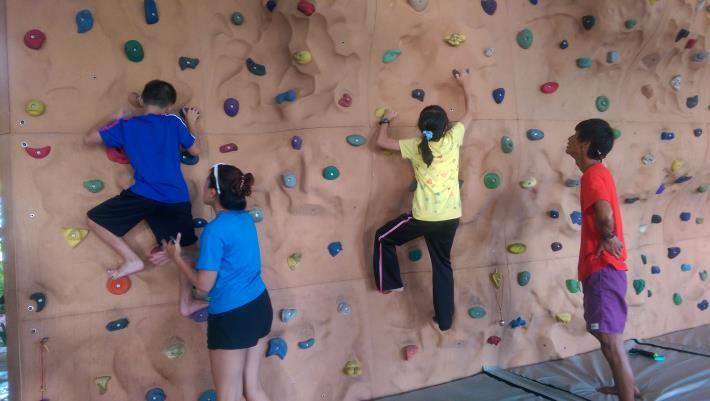 攀岩體驗,學員努力的往上爬
