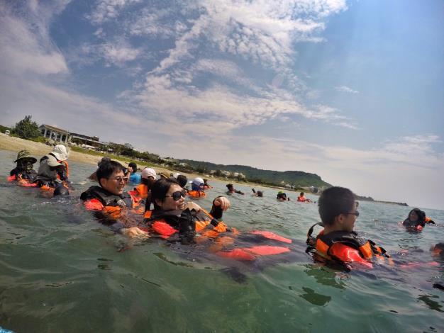 除了學習風帆操作,水域安全教學也是重要的一環