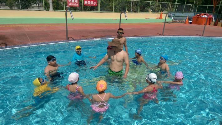 教練進行漂浮教學