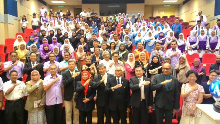 開幕典禮嘉賓與全體與會人員以馬來西亞高等教育部之2017年度「向上發展」手勢共同合影