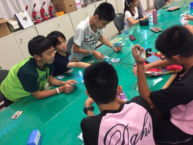 學生玩珊瑚桌遊