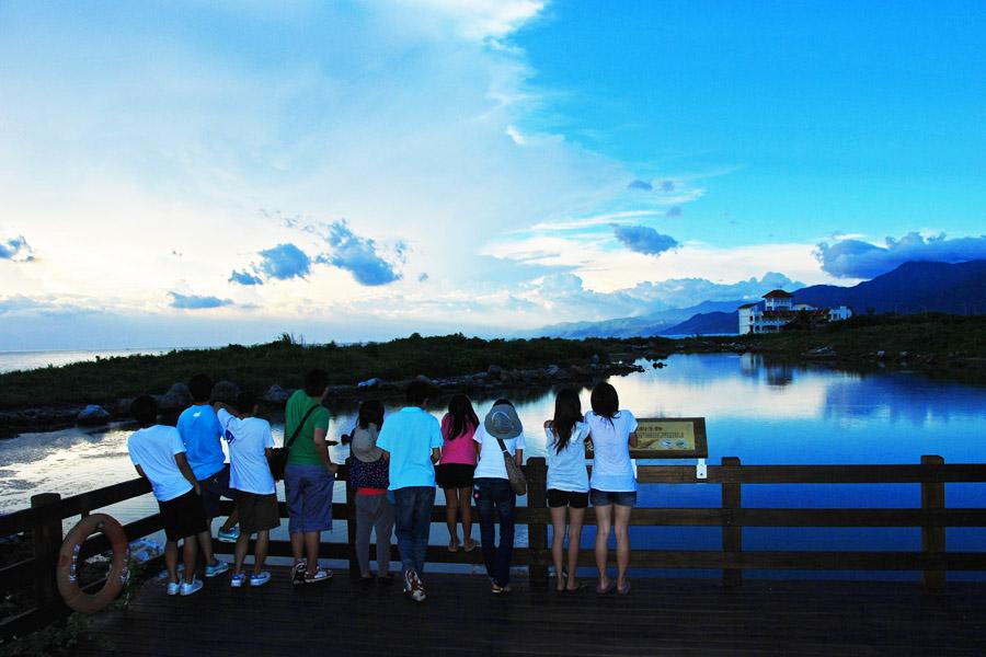 大學生觀看海景