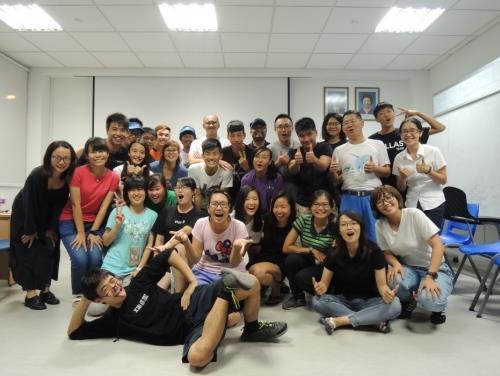 在聖約翰島國家海洋實驗室與新加坡師生進行活潑有趣的文化交流後合影