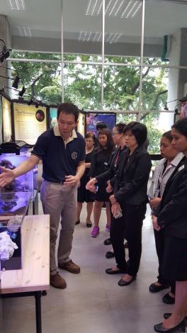 由海生館林家興博士以英文為泰國參觀者導覽解說.JPG
