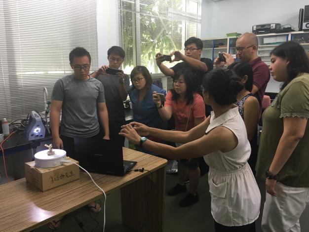台灣研究生示範珊瑚3D掃描建模.JPG