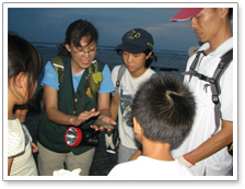 The commentator is introducing intertidal zone creatures to the students.